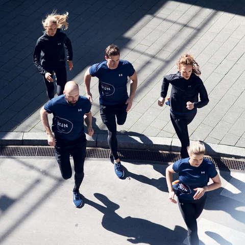 Eine Gruppe Läufer beim Lauftraining.