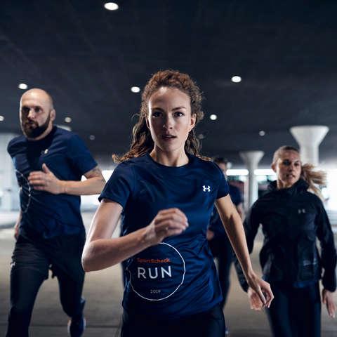 Eine Gruppe von Läufert trainiert für einen 5km Lauf.