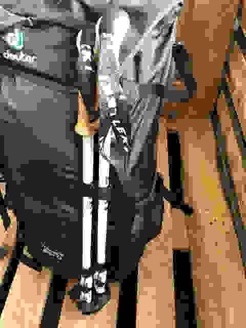 Ein Paar Leki Stöcke die an einem Deuter Rucksack befestigt sind