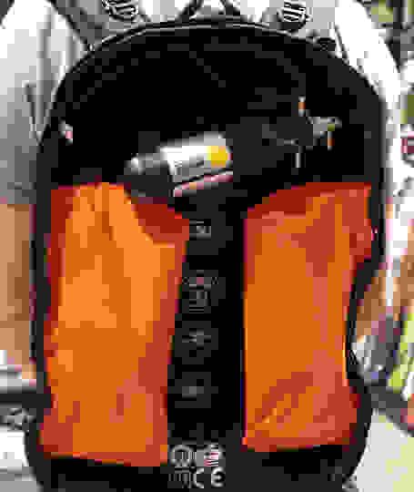Ein ABS Rucksack im inneren. Zu sehen ist das Airbag System inklusive Gaskartusche.