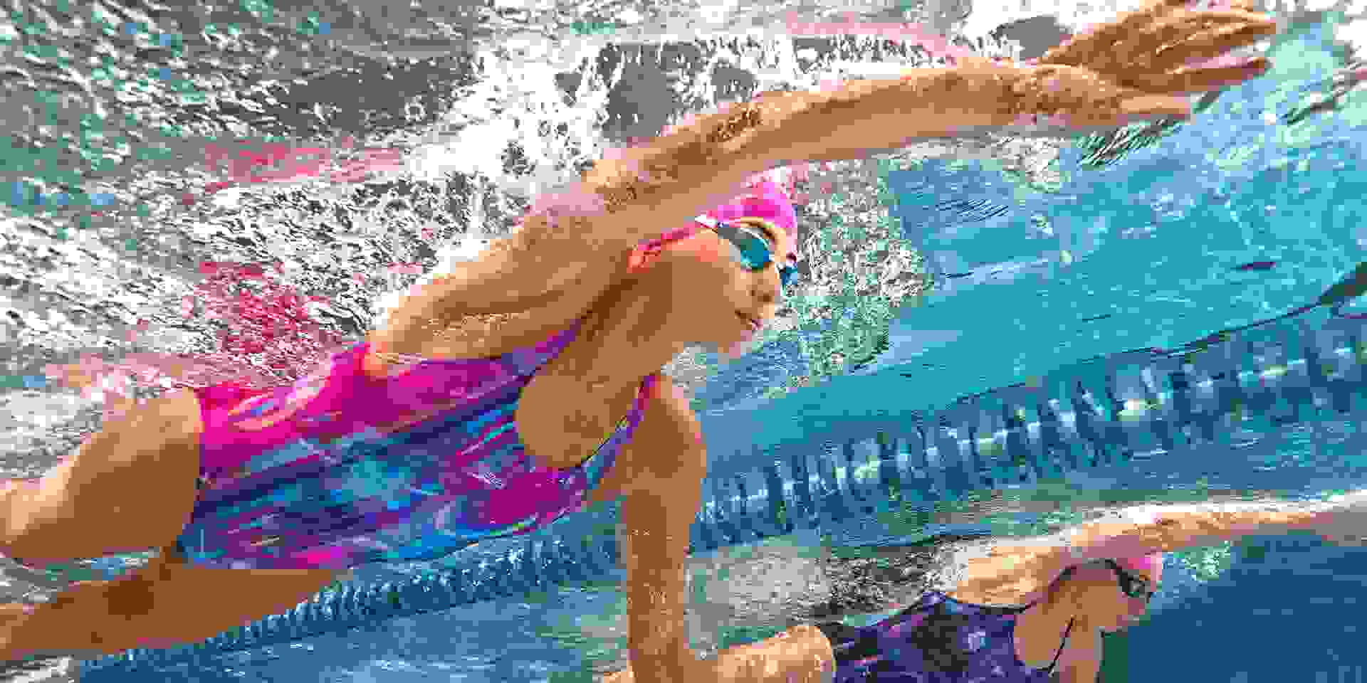 Zwei Frauen üben im Schwimmtraining bein- und Handarbeit