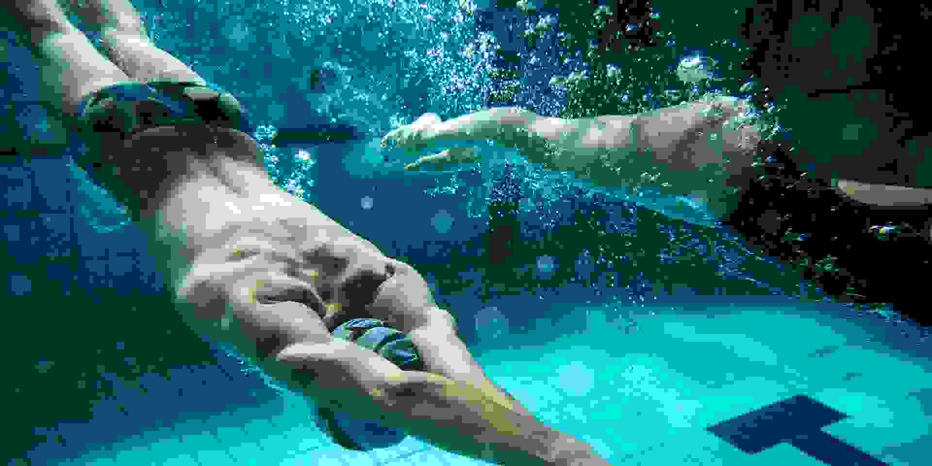 Schwimmer beim Schwimmtraining unter Wasser