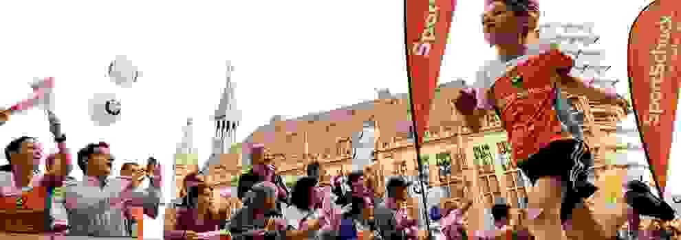 Ein junger Läufer rennt während des Aachener Stadtlauf für Kids an den Fans vorbei.