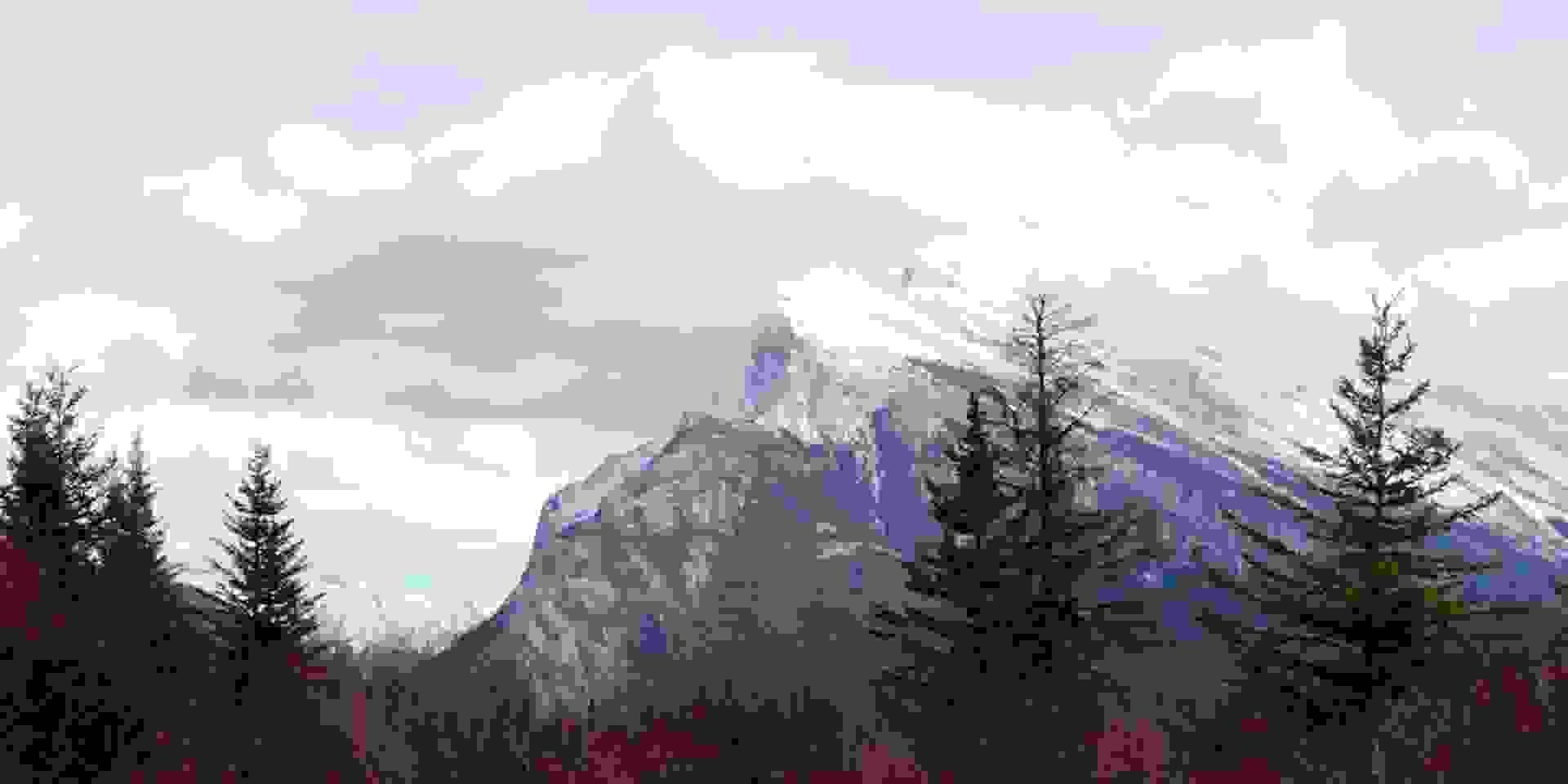 Ein verschneiter Berggipfel in Alberta Kanada.