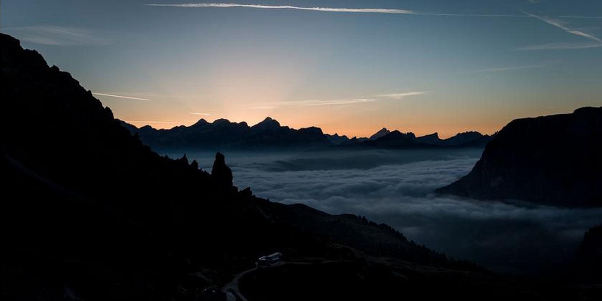 Eine Berglandschaft am Abend. Die Sonne geht gerade unter.