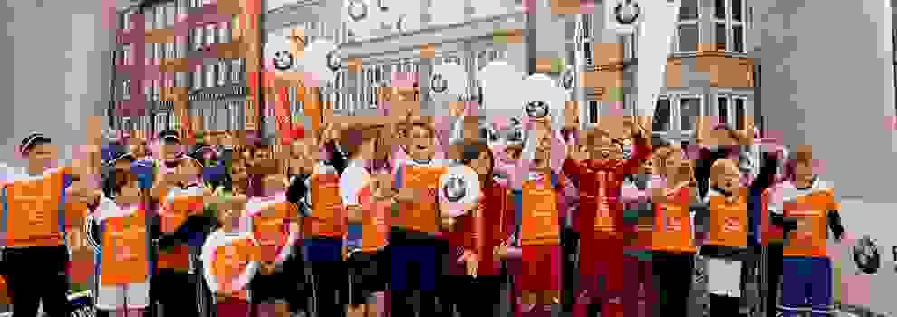 Eine große Gruppe von Kindern, die beim Stadtlauf Bremen für Kids an den Start gehen.
