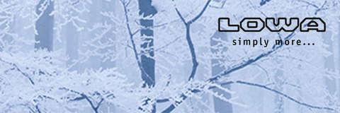Eine Winterlandschaft, oben links wird das Firmenlogo von LOWA dargestellt.