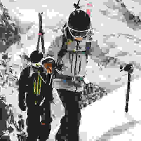 2 Skitouren Fahrer auf dem Weg nach oben