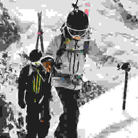 Zwei Skitouren Fahrer.