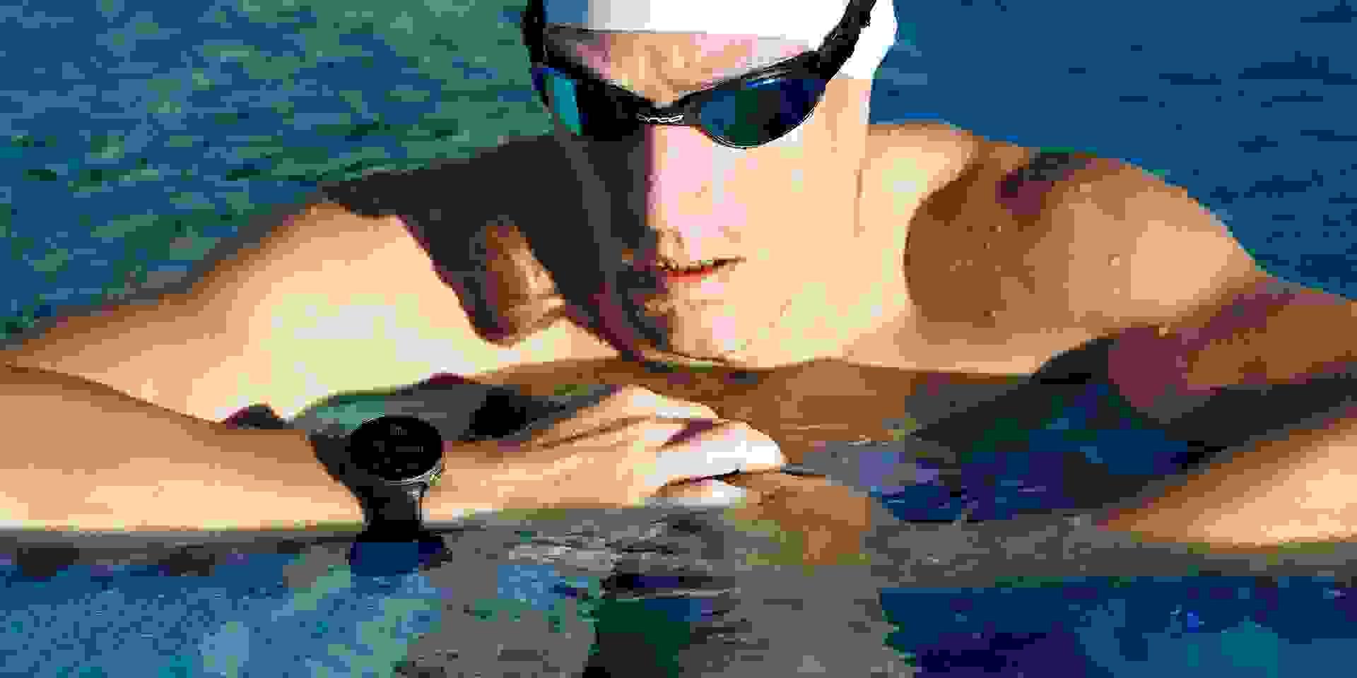 Ein Mann trägt beim Schwimmtraining eine Schwimmbrille
