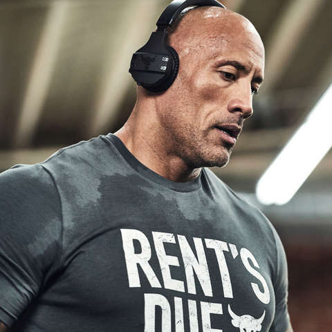 Dwayne Johnson nach dem Training mit UA Charged Cotton T-Shirt