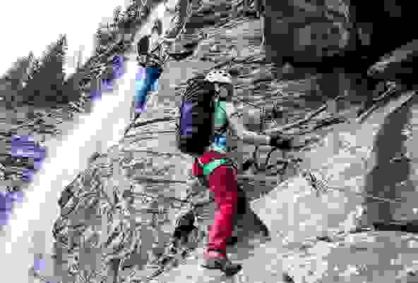 Zwei Bergsteiger im Klettersteig.