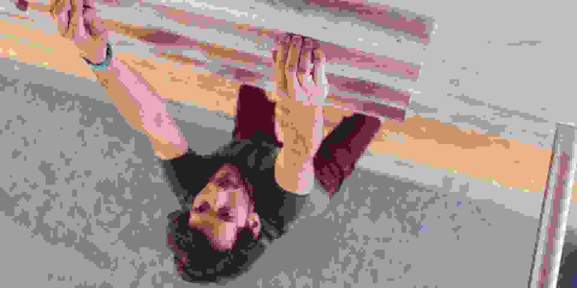 Ein Mann macht Übungen am Campusboard um seine Fingerkraft zu trainieren.