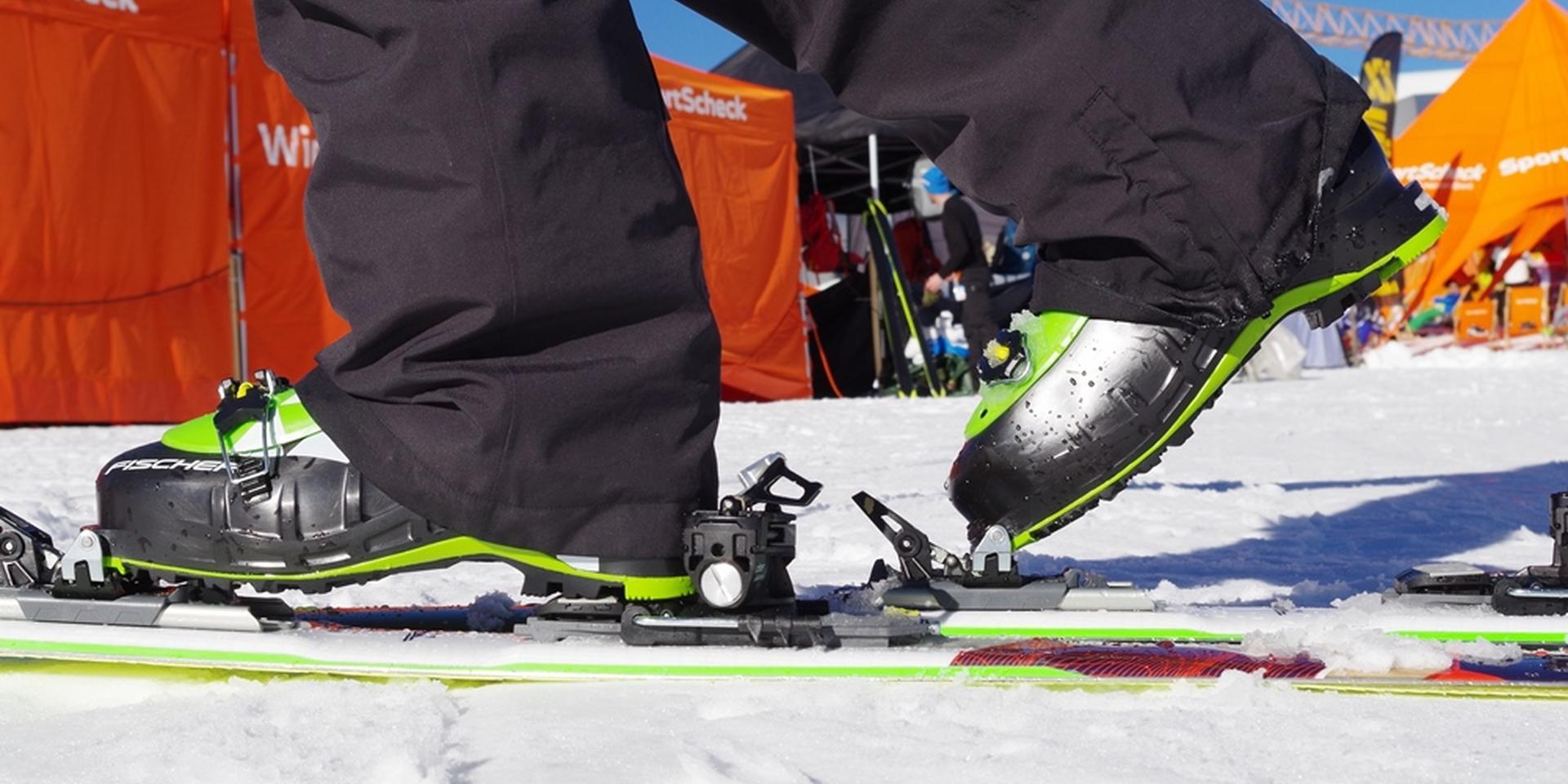 Tourenskier ausgerüstet mit Fischer Profoil Skitourenfellen an den Füssen von einem Skifahrer.