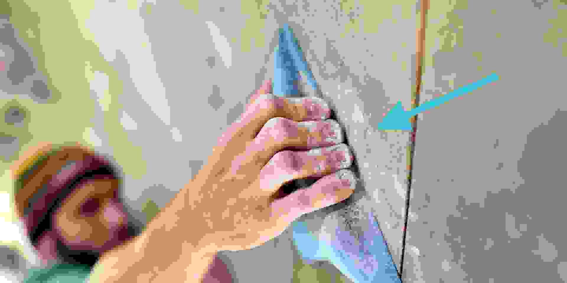 Eine Nahaufnahme, wie sich ein Mann an einem Boulderspot festhält.