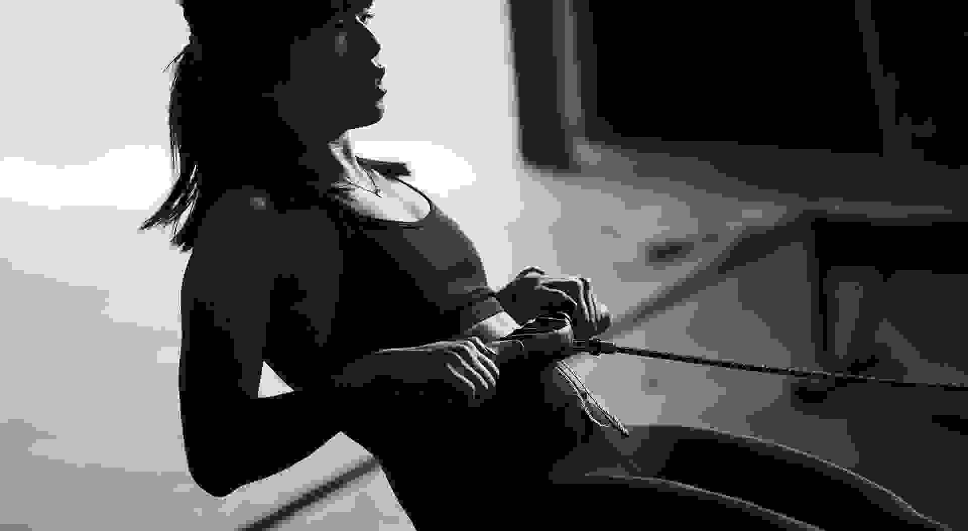 Eine Frau am Rudergerät in einem Crossfitstudio um ihre Kondition zu verbessern.