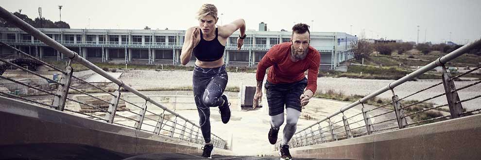 Ein Mann und eine Frau laufen während der Garmin Trainingsanalyse eine Treppe hinauf.