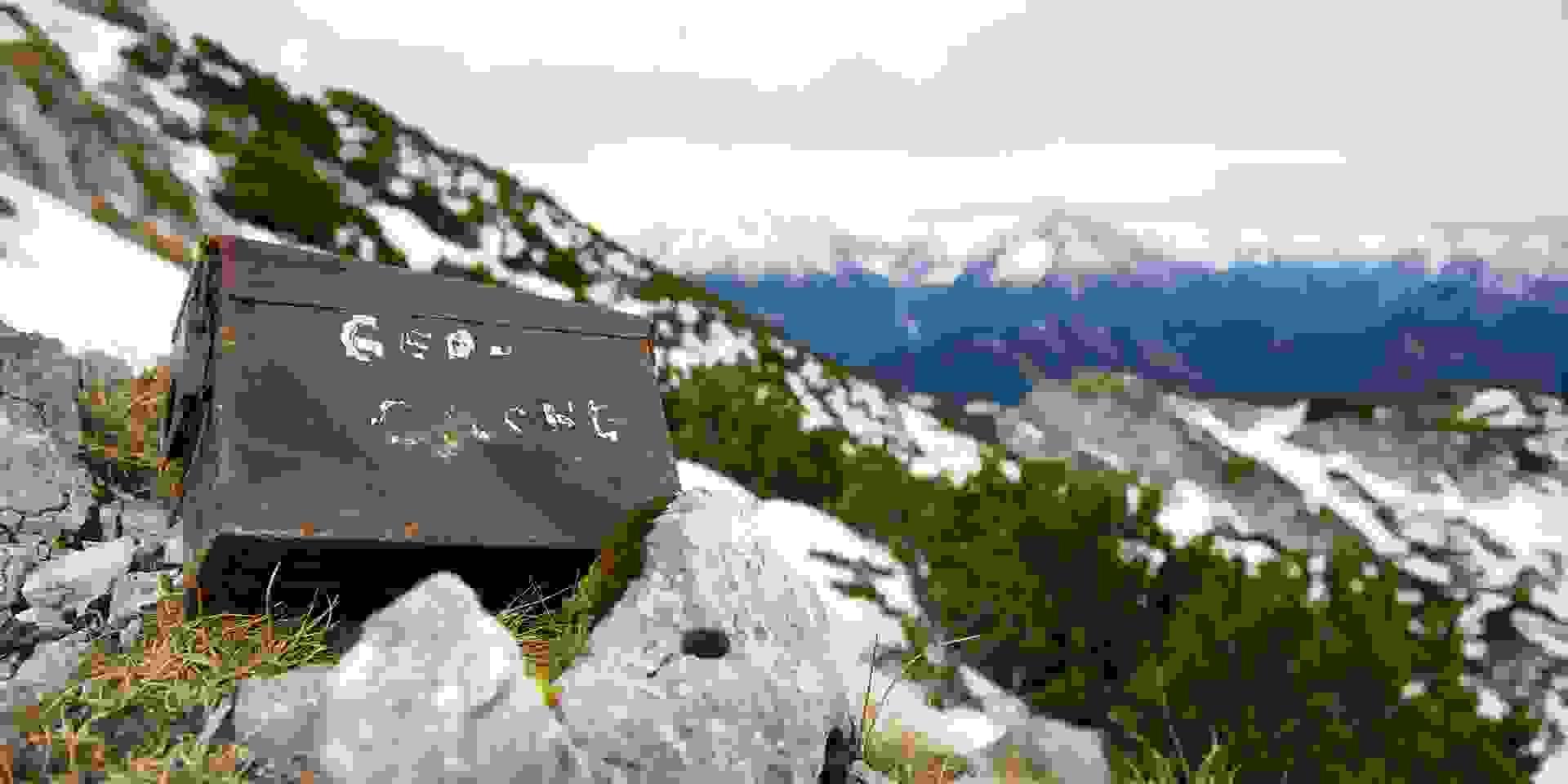 Ein Geocache im Gebirge.