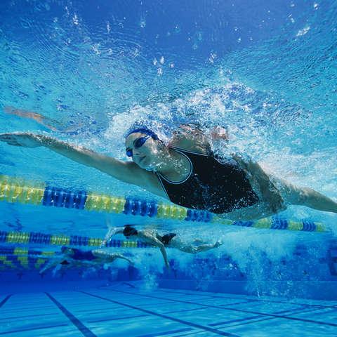 Frauen beim Schwimmtraining in der Halle