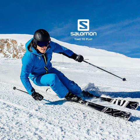 Ein Skifahrer fährt sehr schnell eine präparierte Piste hinab und trägt dabei Equipment von Salomon.