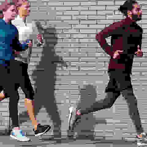 Eine Gruppe beim Lauftraining in der Stadt