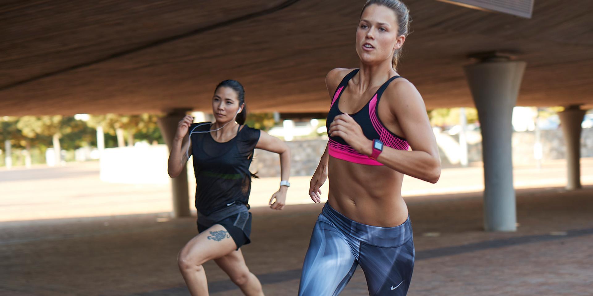 Zwei Frauen beim Lauftraining.