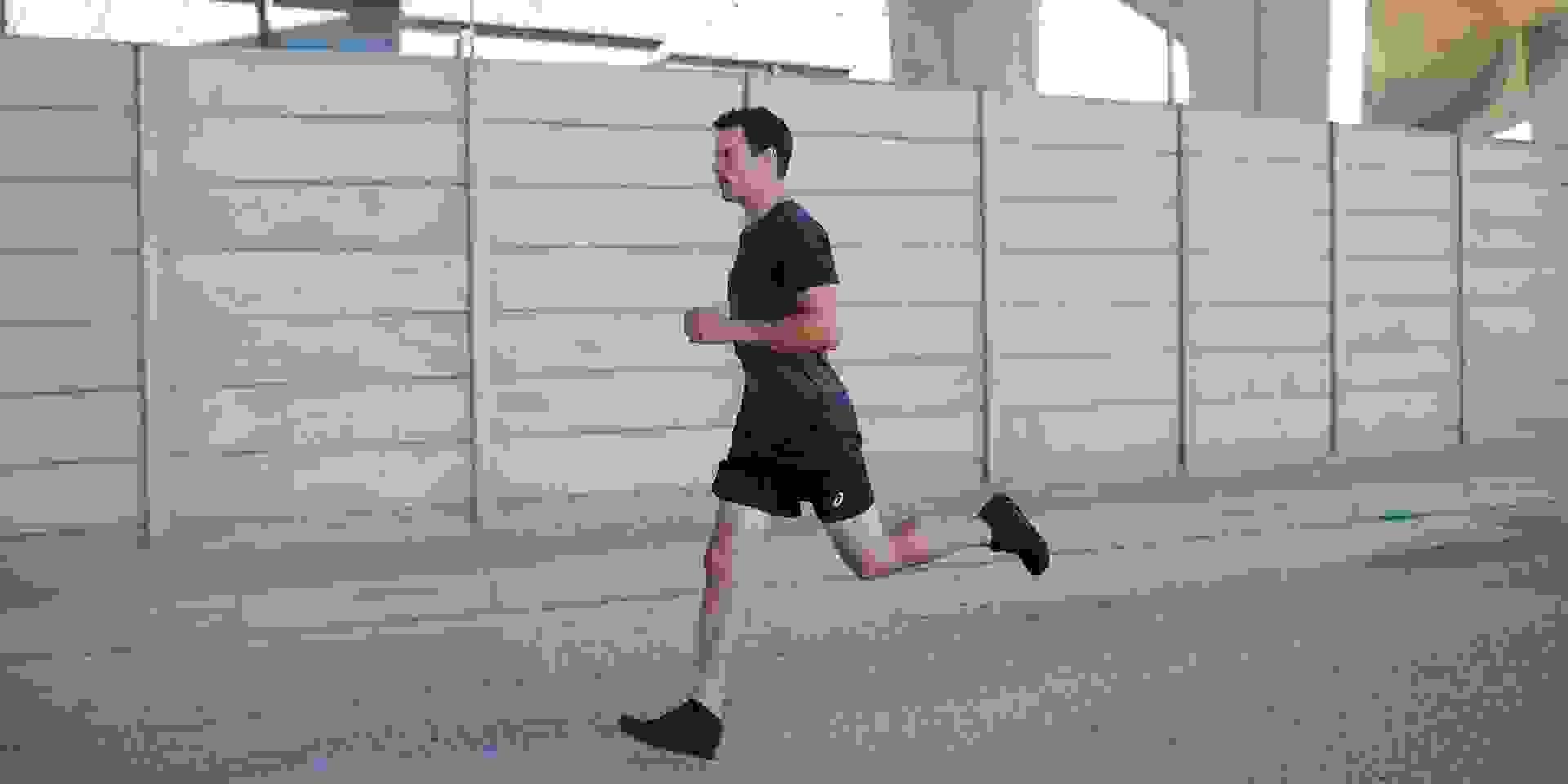 Ein Läufer beim Training in der Stadt