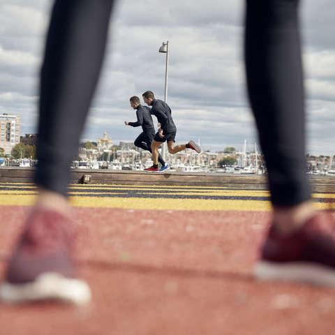 Zwei Läufer trainieren Sprints.