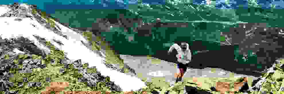 Trailrunner durchläuft einen schwierigen Trail im hochalpinen Gelände