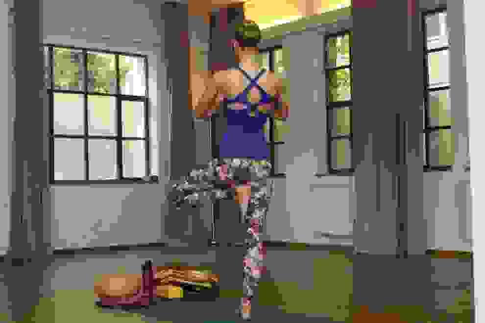 Eine Frau macht Yogaübungen zur Verbesserung der Balance.