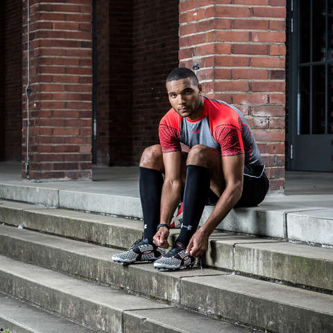 Jonathan Tah bindet sich seine Under Armour Fußballschuhe mit Clutchfit Technologie
