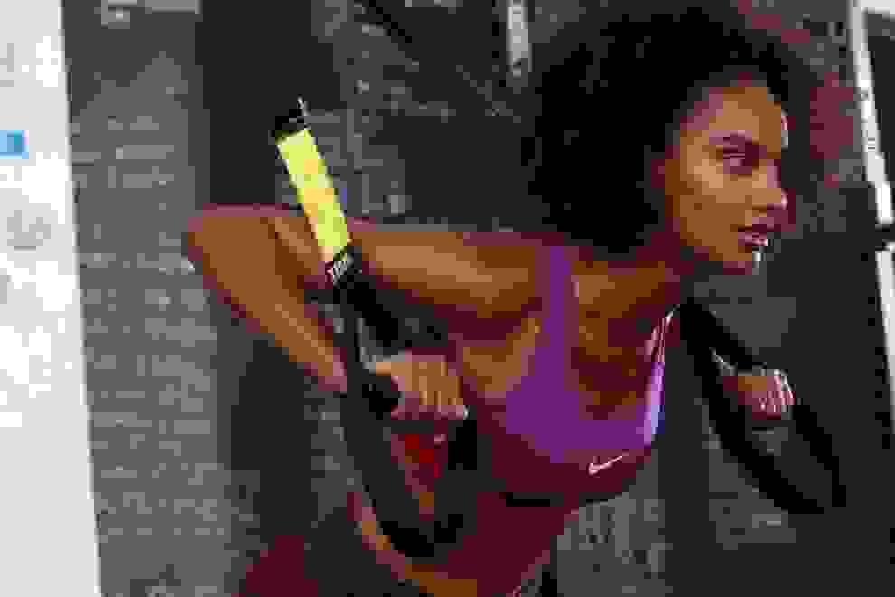 Eine Frau trainiert an einem Schlingentrainer.