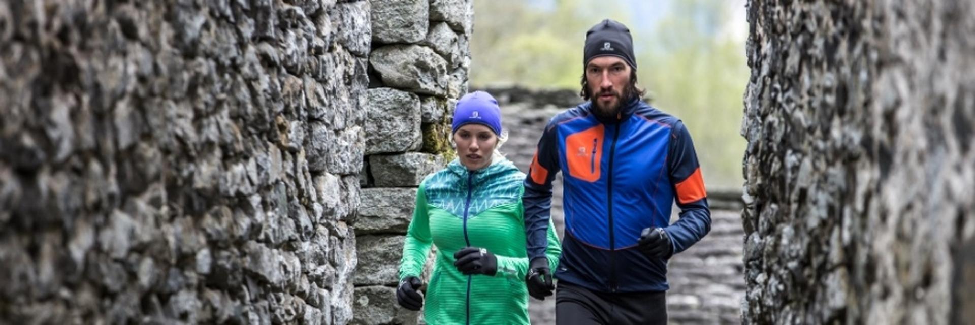 Ein Mann und eine Frau bei der Vorbereitung zu einem Halbmarathon.