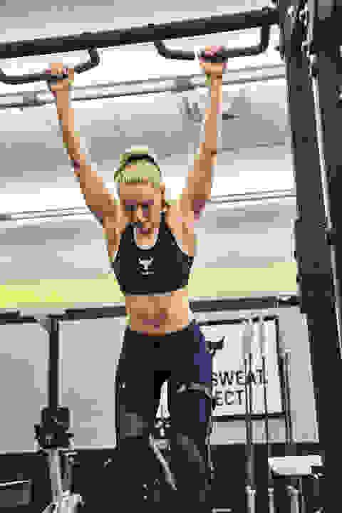 Lindsey Vonn trainiert nach Knieverletzung Klimmzüge im Gym.