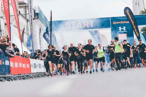 Der Start eines SportScheck Stadtlaufs. Viele Läufer starten das Rennen.