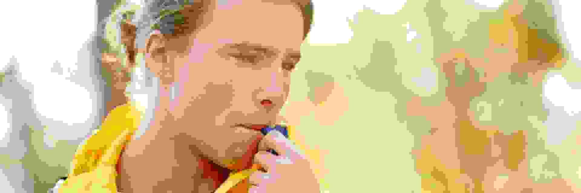 Ein Mann trinkt aus einem Trinkschlauch. Unverzichtbares Zubehör beim Wandern ist das richtige Trinksystem.