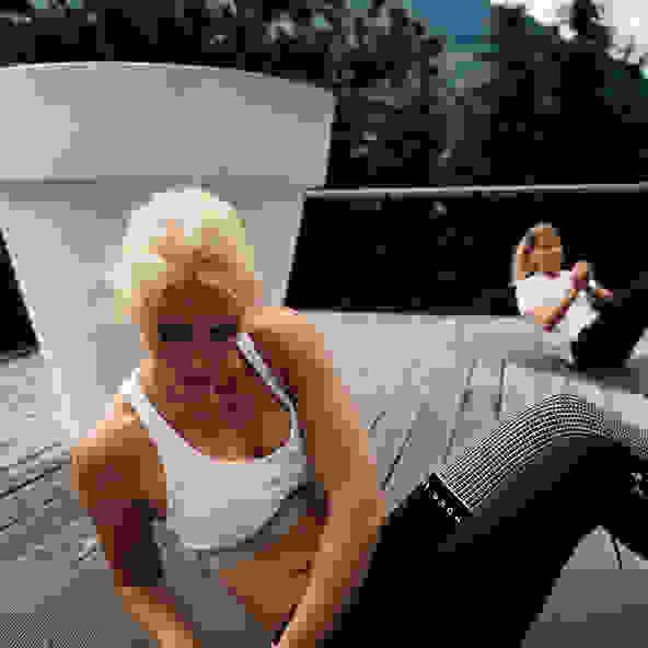 Eine Frau trainiert ihre Bauchmuskulatur im Freien.