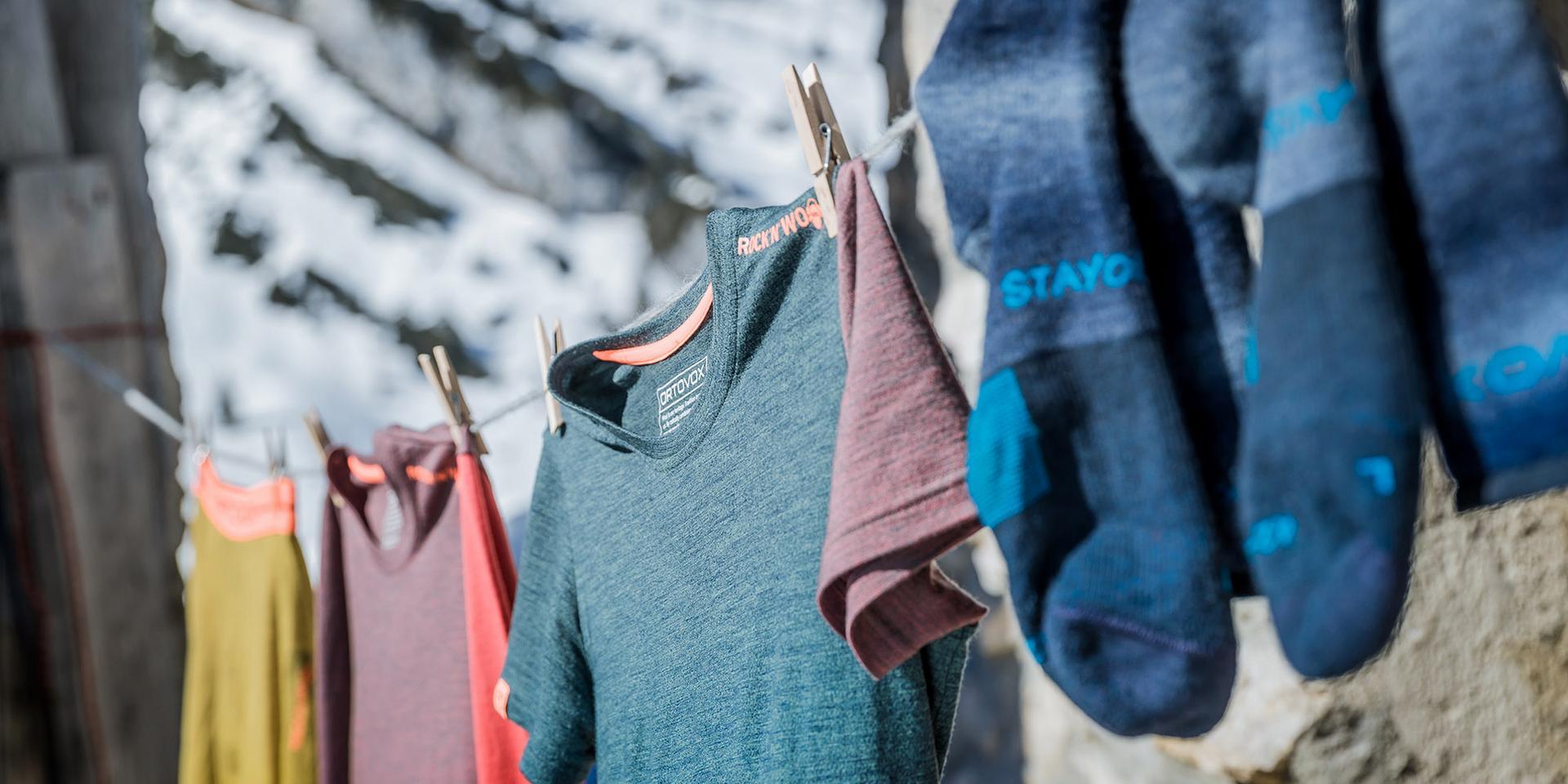 Verschiedene Funktionsunterwäsche hängt auf einer Wäscheleine.