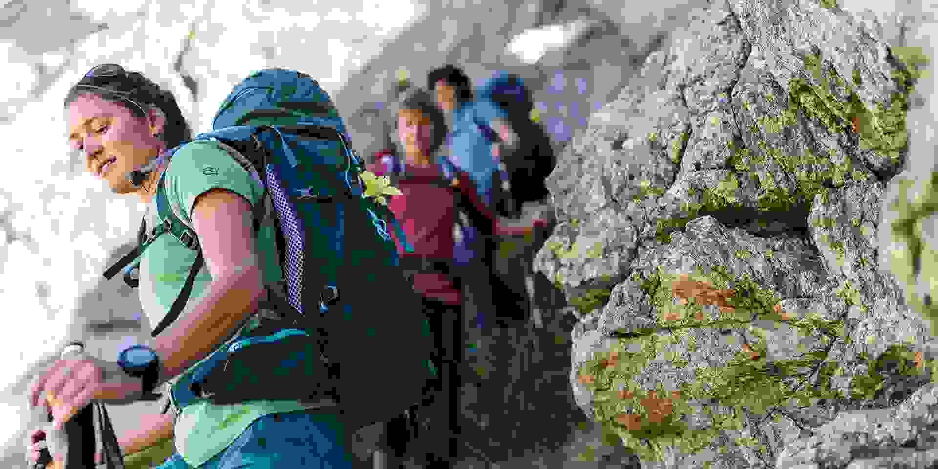 Eine Gruppe Wanderer beim Abstieg.