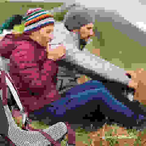 Zwei Wanderer mit Deuter Rucksäcken machen eine ausgiebige Pause.