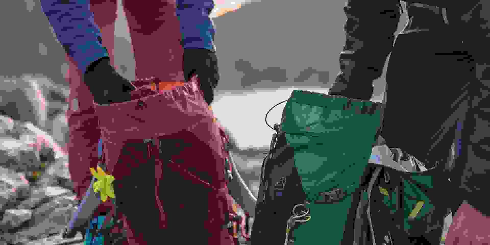 Ein Mann und eine Frau packen ihre Rucksäcke für eine Wanderung