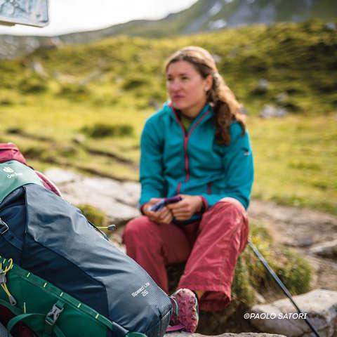 Ein Pärchen am Gipfelkreuz beim Bergwandern.
