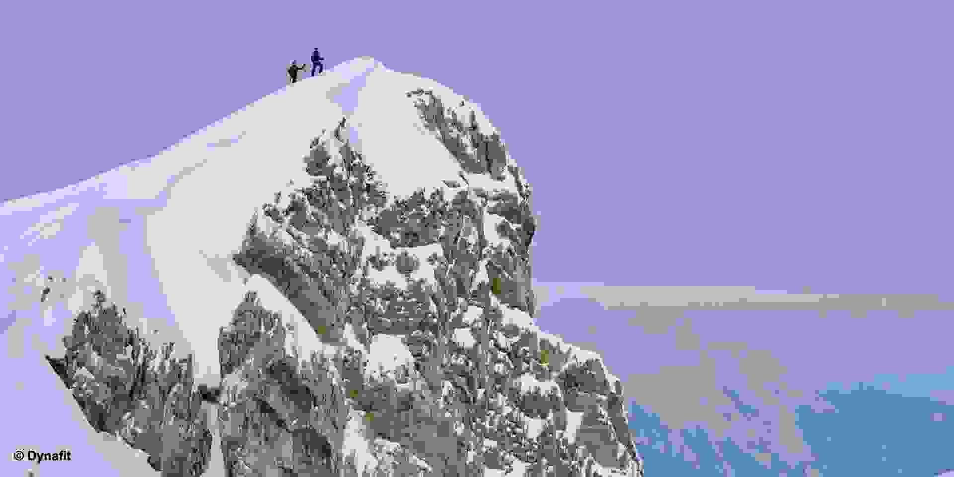 Zwei Skitourengeher auf dem Gipfel.