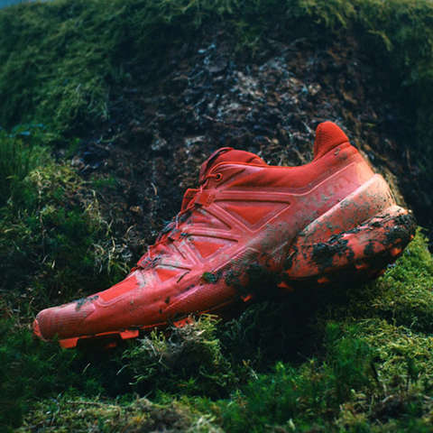 Ein Salomon Speedcross Trailrunning Schuh in rot.