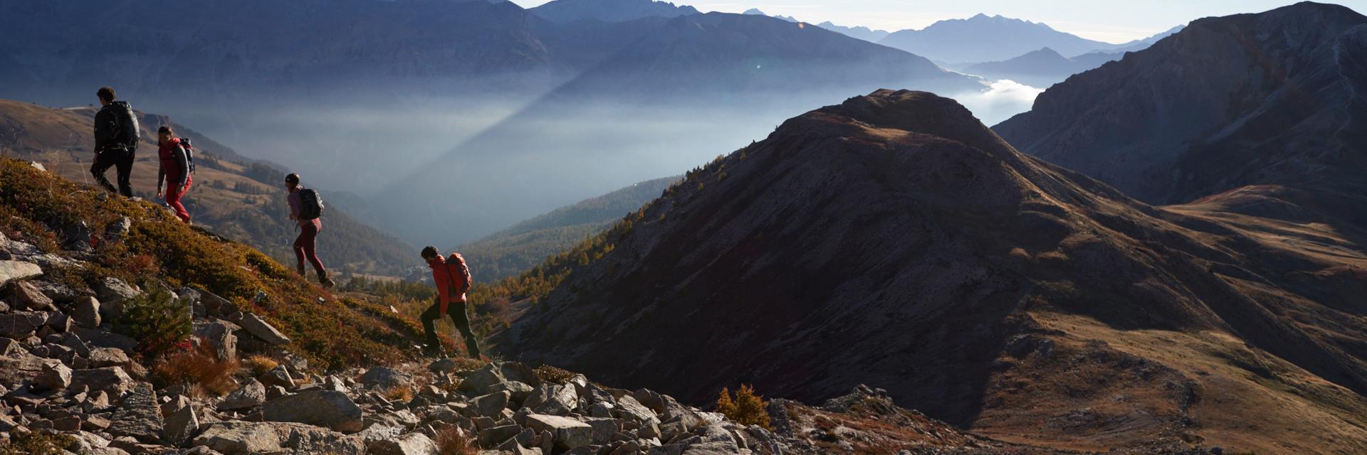 Eine Gruppe von Wanderern im Gebirge