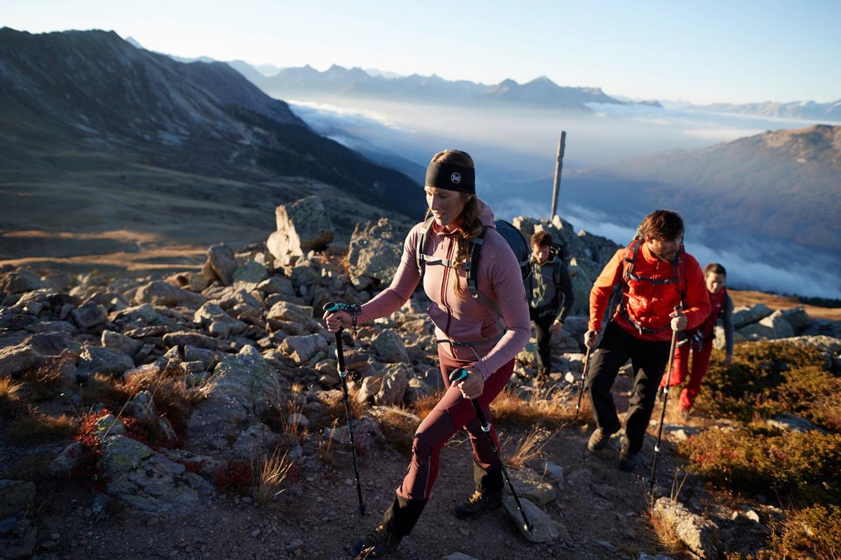 Eine Gruppe von Wanderern steigt einen Bergpfad hinauf.