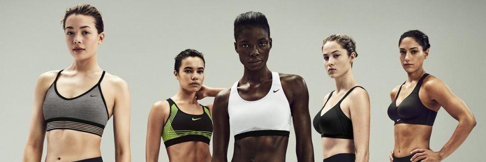 5 weibliche Models stehen in einer Reihe. Jedes Model trägt einen anderen Nike Sport-BH.