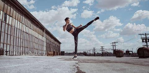 Frau beim Outdoor-Workout mit Kleidung mit Microthread-Technologie