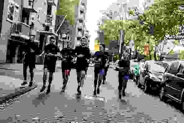 Ein Gruppe an Läufern bereitet sich auf den Halbmarathon vor.