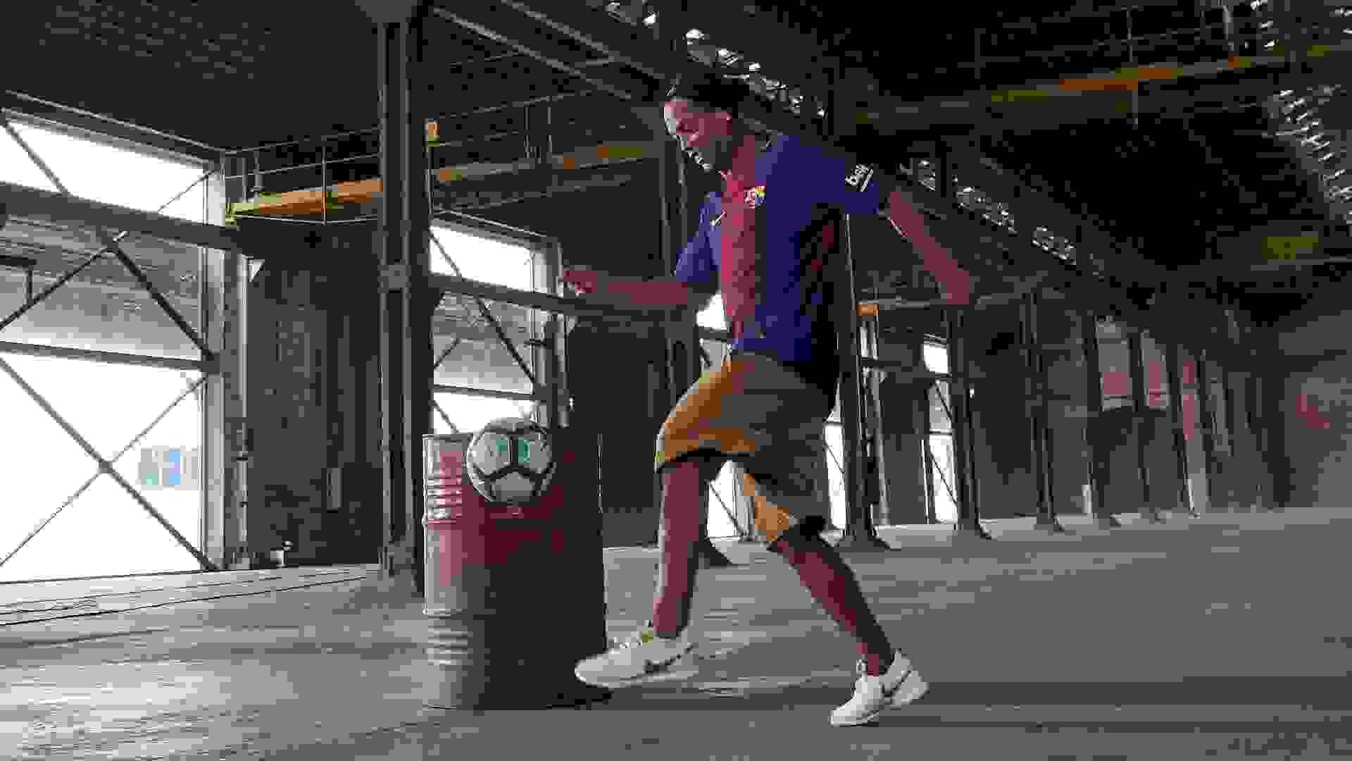 Ronaldinho spielt Indoor Fussball im Barcelona Trikot